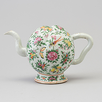 A Chinese cadogan tea pot, Canton, Qing dynasty, 19th Century.