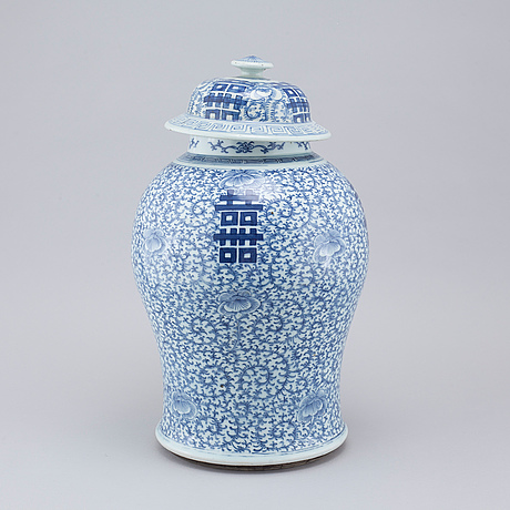 A blue and white vase with lid, 19th century