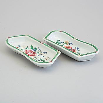 CABARETDELAR/SKÅLFAT, två stycken, porslin. Qingdynastin, Qianlong (1736-95).