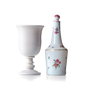 246. POKAL på FOT samt FLASKA med PROPP, vittglas. Ryssland, tidigt 1800-tal.