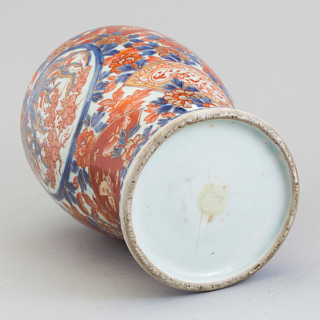 A japanese imari porcelain vase, meiji (1868-1912).