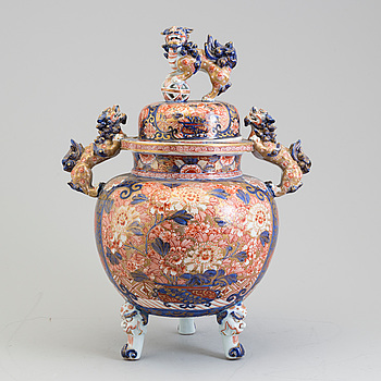A large Japanese imari incense burner with cover, Meiji period (1868-1912).