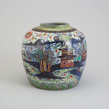 A blue and white and clobbered export porcelain jar, Qing dynasty, 19th century.