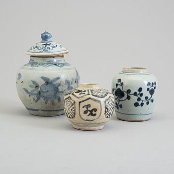KRUKOR, tre stycken, porslin. Mingdynastin (1368-1644).