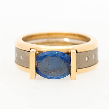 A RING, facetted sapphire, brilliant cut diamonds, 18K gold and white gold.