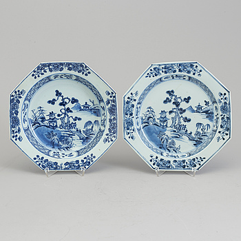 A blue and white export porcelain plate and soup plate, Qing dynasty, Qianlong (1736-95).
