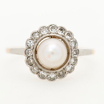 A RING, cultured pearl, old cut diamonds, 18K gold. Helsinki 1937.