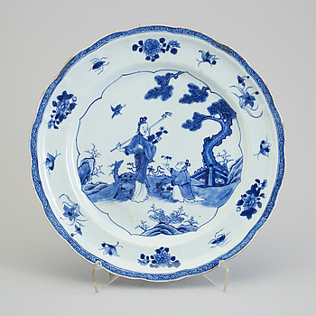 A blue and white export porcelain figural dish, Qing dynasty, Qianlong (1736-95).