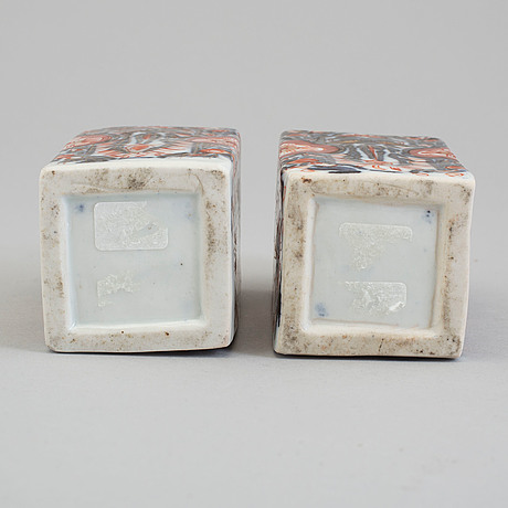 A pair of imari porcelain flasks, meiji (1868-1912).
