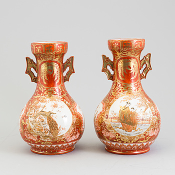 A pair of Kutani vases, Meiji (1868-1912).