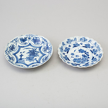 Two small Chinese porcelain plates Ming dynasty (1364-1644) och Kangxi (1662-1722).