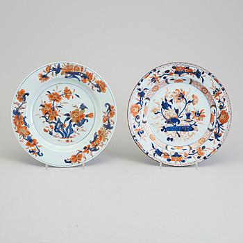 TALLRIKAR, två stycken, kompaniporslin. Qingdynastin, Qianlong (1736-95).