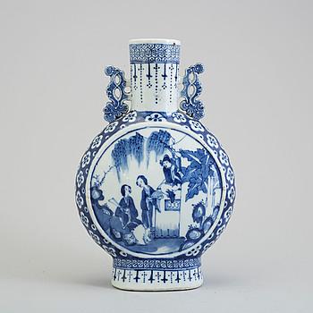 PILGRIMSFLASKA, porslin. Qingdynastin, sent 1800-tal.