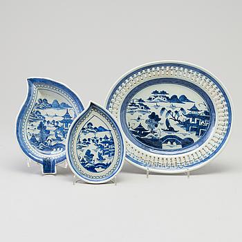 GALLERFAT samt BRICKOR, två stycken, kompaniporslin. Qingdynastin, 1800-tal.