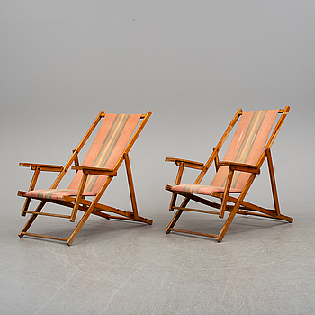 A pair of second half of the 20th century beachchairs.
