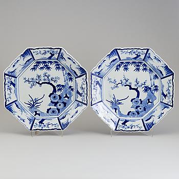 PRAKTFAT, ett par, porslin. Japan, 1900-tal.