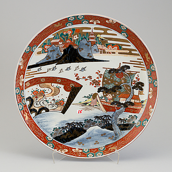 A large Japanese imari charger, Meiji (1867-1912).