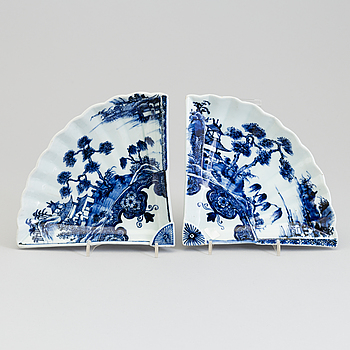 A pair of Japanese blue and white fan shaped dishes, Edo period (1615–1868).