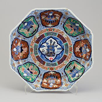 A Japanese imari porcelain dish, 20th  century.