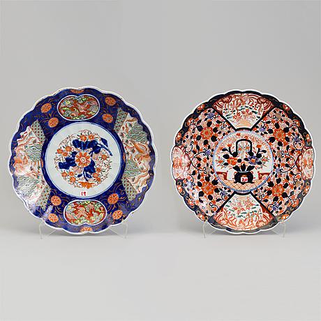 Two japanese imari dishes, 20th century.