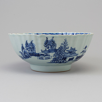 A blue and white export porcelain bowl, Qing dynasty, Qianlong (1736-95).