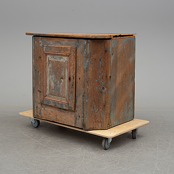 A 19th century paibted pine cabinet from Hälsingland.
