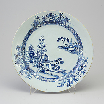 A blue and white export porcelain dish, Qing dynasty, Qianlong (1736-95).