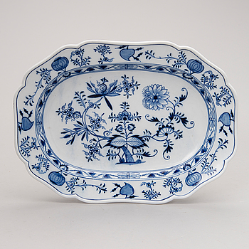 A porcelain serving dish from Meissen, first half of the 20th century.