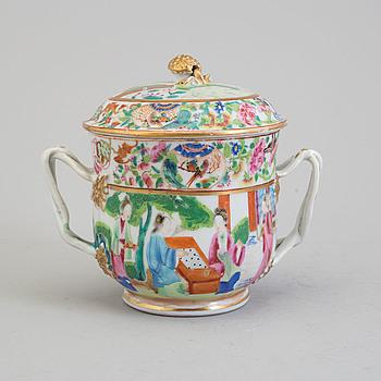 SOCKERSKÅL med LOCK, porslin. Kanton, Qingdynastin, 1800-tal.