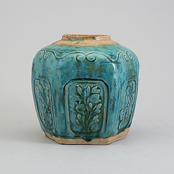 A ceramic jar, Qing dynasty, 19th century.