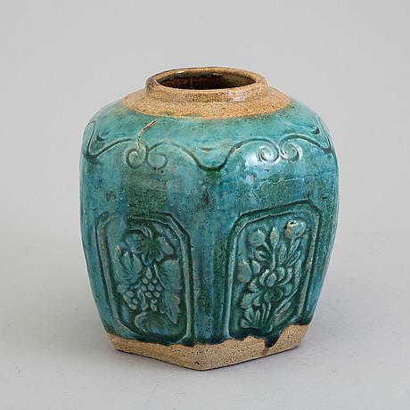 A ceramic jar, qing dynasty, 19th century.