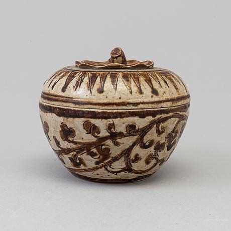 A sawankhalok box with cover, 15th century.
