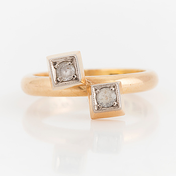 18K gold ring with faceted colourless stones.