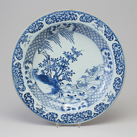 A large blue and white serving dish, qing dynasty, qianlong (1736 95)