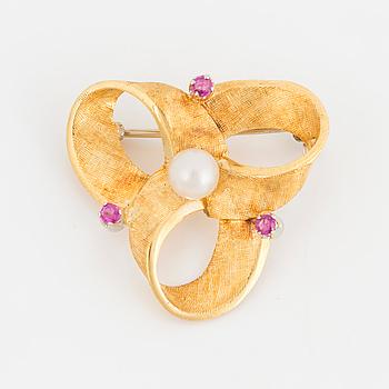 BROSCH, 18K guld med en pärla och tre rubiner.