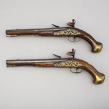 FLINTLÅSPISTOLER, 2 st snarlika, 1700-tal.