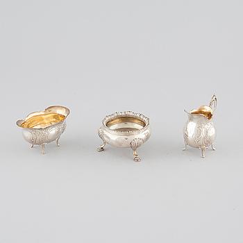 SOCKERSKÅLAR, 2 st samt GRÄDDKANNA, silver, London 1884 respektive Malmö, 1974. Vikt 226 g.