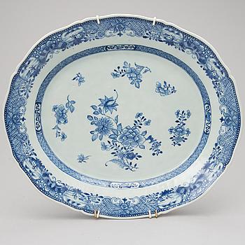 A CHINESE PORCELAIN SERVING DISH, Qianlong 1736-1795.