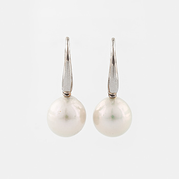 ÖRHÄNGEN, A pair of cultured pearl earrings.