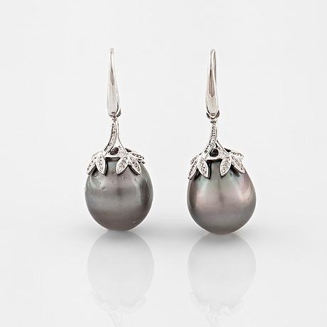 ÖrhÄngen, med odlade tahiti pärlor och briljantslipade diamanter totalt ca 0.22 ct