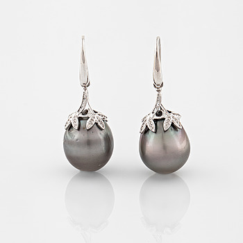 EARRINGS, A pair of cultured Tahiti pearl and brilliant cut diamond earrings, 0.22 ct.