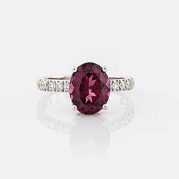 RING, med granat 3.32 ct samt briljantslipade diamanter 0.36 ct.