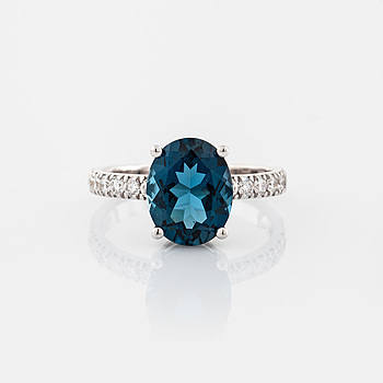 RING, med topas 3.38 ct samt briljantslipade diamanter 0.34 ct.