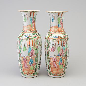 VASER, ett par, porslin, Kina, omkring 1900.