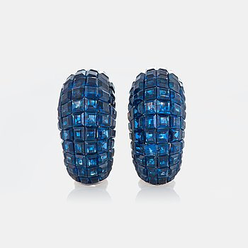 1027. A pair of earrings in platinum and 18K gold set with carre cut sapphires 14.93 cts according to engraving.
