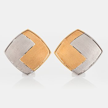 1024. A pair of Paul Binder earrings in 18K gold and white gold.