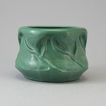An Art Nouveau creamware plat pot, circa 1910.