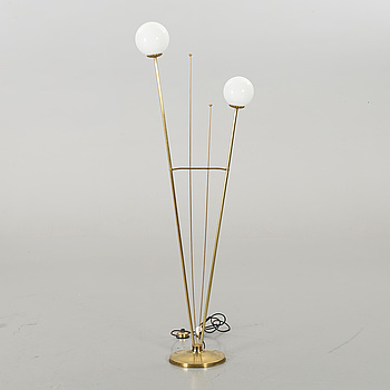 A TWO LIGHT BRASS FLOOR LAMP. SECOND HALF OF 20TH CENTURY.