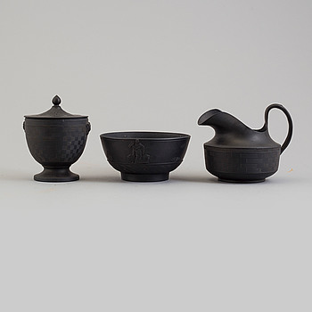 SKÅL, BURK OCH KANNA, svart basalt, England, 1800-talets första hälft.
