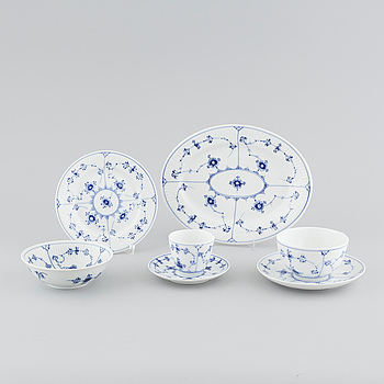 "43 pieces of porcelain tableware from Royal Copenhagen, model ""Musselmalet"", 20th century."